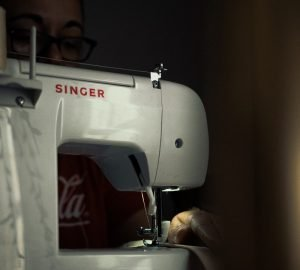 how to thread a singer sewing machine featured image